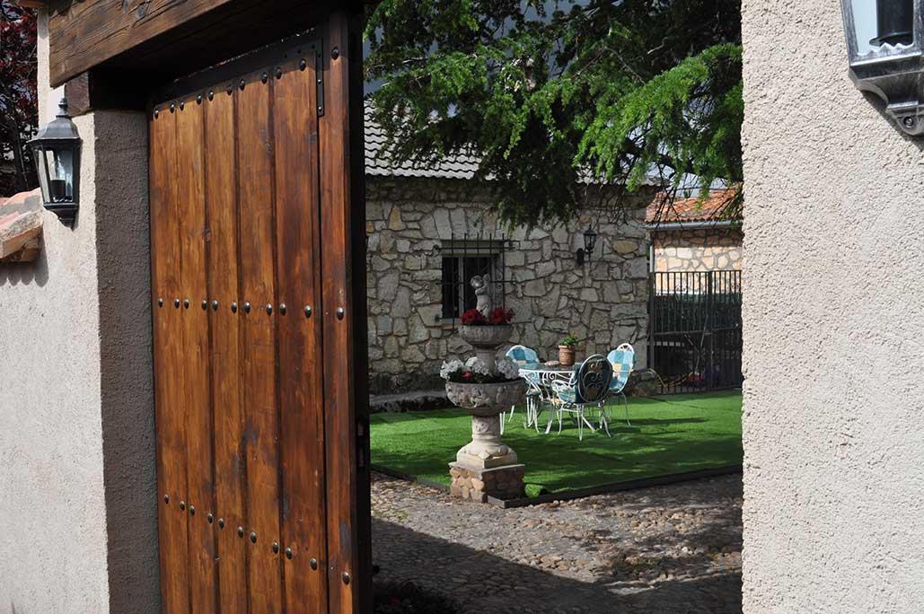Entradas rusticas entrada a la casa rstica villa pedraza for Entradas de casas rusticas